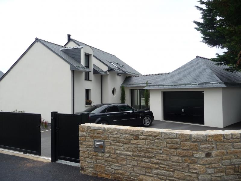 Maison avec muret en pierre.